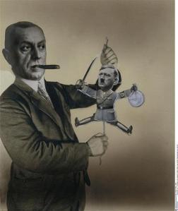 """John Heartfield, Esquisse pour affiche : """"Fritz Thyssen joue avec le pantin Adolf Hitler"""", 1933, photomontage"""