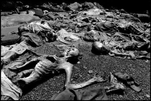 Refugiados masacrados en la parroquia de Nairobi, 1994 | Foto: Gilles Peress