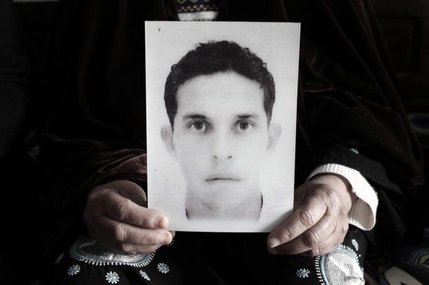 La madre de Muhamed Bouzazi con un retrato de su hijo fallecido ©BELGA/MAXPPP/P.dePoulpiquet