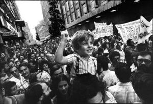 Manifestación en la calle Preciados de Madrid en junio de 1976   Foto: César Lucas