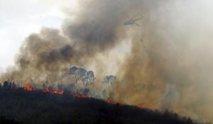 La UME sobrevolando el fuego en Llíria. EFE/Försterling