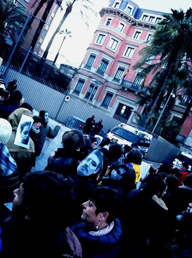 Al otro lado de las vallas frente a la Conselleria d'Interior | Foto: Mónica Solanas