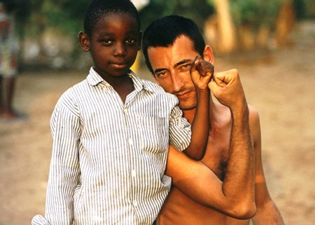 Miguel Gil Moreno, corresponsal de guerra. El 24 de mayo de 2000, mientras desarrollaba su labor profesional, una emboscada guerrillera en Sierra Leona acabó con su vida.