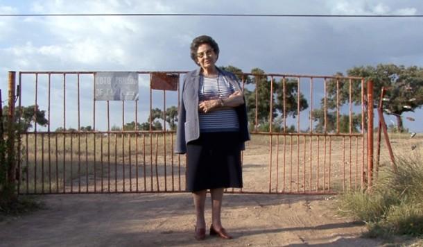 Conchita Viera en la puerta de la finca. Foto: Aitor Fernández