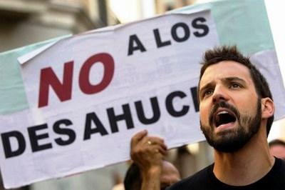 Pancarta en una manifestación: NO a los desahucios | Foto: Telesurtv.net