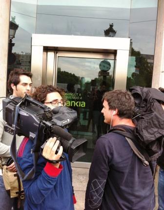 Cámaras frente a la puerta de la oficina de Bankia cubriendo el ToqueaBankia | Foto: Mónica Solanas