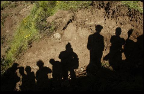 Familiares esperando a pie de la fosa de Piedrafita de Babia, julio de 2002 | Foto: Eloy Alonso