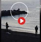 """Fotograma del vídeo en el que se ve a tres agentes de la Guardia Civil esperando con los fusiles a los inmigrantes en la playa del Tarajal. """"Se escuchó perfectamente a los agentes gritar a los inmigrantes, '¡vamos, cabrones!'"""", dice uno de los ciudadanos que presenció y grabó los hechos."""