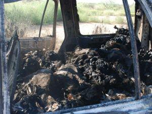 Restos de siete personas calcinadas en el interior de un vehículo en la carretera Chihuahua-Ciudad Juárez en agosto de 2010 | Foto: EFE