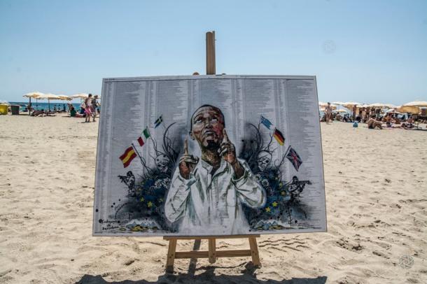 Homenaje a los miles de inmigrantes muertos en el Mediterráneo, Platja del Bogatell, Barcelona, 2 de agosto de 2015 |Foto: Antonio Litov para Fotomovimiento