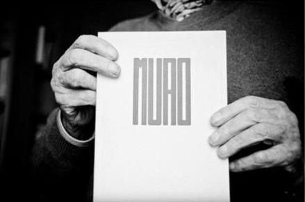 Marcos Ana con un ejemplar de la revista 'Muro', publicación clandestina editada en la cárcel | Foto: Aitor Fernández