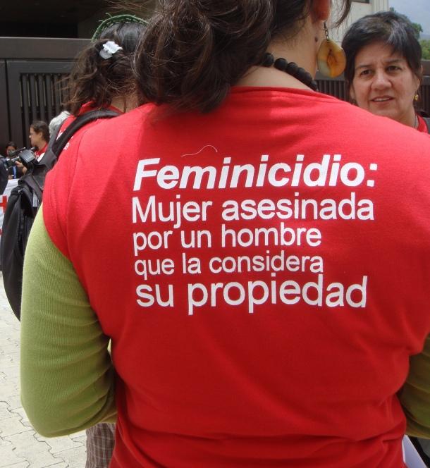 Feminicidio. Fotografía de Hisvet Fernández, tomada durante la jornada de activismo feminista liderado por el Movimiento Amplio de Mujeres Venezolanas ante el Tribunal Supremo de Justicia el 29 de abril de 2010. Más información de la jornada en https://palabrademujer.wordpress.com/tag/femincidio-en-venezuela/